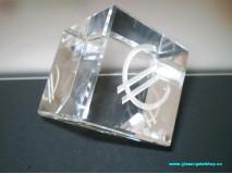 Krištáľová kocka EUR stojaca